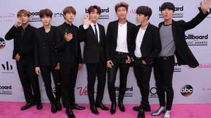"""Jin nghĩ gì về biệt danh """"chàng trai thứ 3 từ bên trái sang"""" đang gây sốt toàn cầu?"""