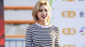"""""""Nữ hoàng gợi cảm"""" HyunA cũng bị vẻ quyến của Hwasa (Mamamoo) cuốn hút"""