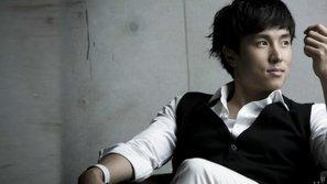 Dongwan (Shinhwa) xin lỗi fan vì không thể kịp hồi phục chấn thương 100%