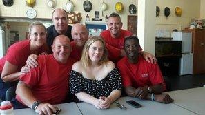 Adele để mặt mộc đến thăm đội cứu hỏa trong vụ cháy tòa chung cư Grenfell