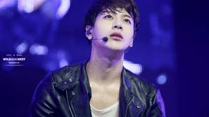 Sao K-pop trở nên nóng bỏng hơn với những hành động nào?