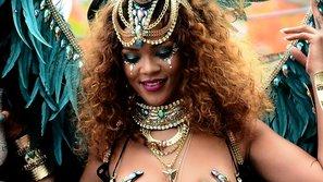 """Rihanna """"bỏng mắt"""" với trang phục lễ hội cực kỳ sexy"""