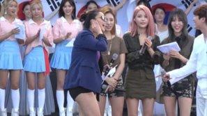 Thích thú với khoảnh khắc đàn em sửng sốt khi nữ danh ca Kpop khoe giọng trên sân khấu diễn tập