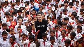 Ấm lòng với những hình ảnh đầy dung dị của Siwon (Super Junior) trong những ngày hoạt động tình nguyện tại Việt Nam