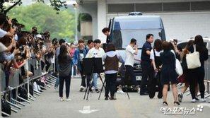 Fan cuồng vượt rào chắn, sự kiện chụp ảnh của Wanna One tại Music Bank buộc phải hủy bỏ
