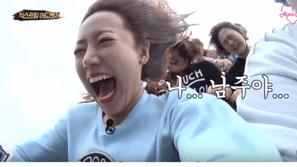 Những biểu cảm phong phú hết cỡ của các idol khi chơi tàu lượn