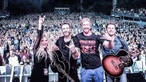 Sân khấu đầu tiên của Avril Lavigne sau hơn 2 năm chữa bệnh hiếm gặp