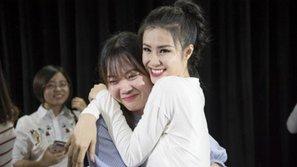 Lặn lội từ Busan lên tận Seoul, fan nữ bật khóc nức nở và ôm chầm lấy Đông Nhi khi lần đầu gặp thần tượng