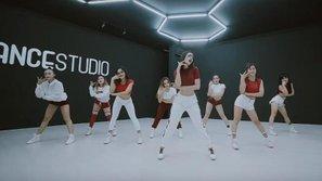 Đành rằng đã đạo T-ara ở cách hát, đến cả MV dance Chi Pu cũng 'hóng hớt' T-ara nốt?