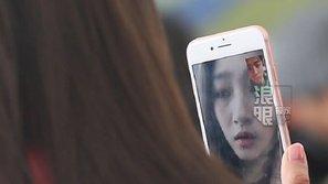 Quan Hiểu Đồng công khai gọi video cho Luhan trước mặt phóng viên đang săn ảnh