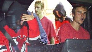 Justin - Selena lại 'dính như sam', đi chơi hockey và cùng nhau về nhà lúc nửa đêm