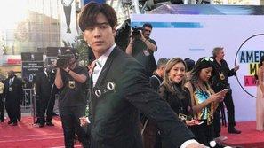 Jackson (GOT7) tiếp tục trở thành đề tài gây sốt sau khi Snoop Dogg chia sẻ một video của anh trên thảm đỏ AMAs
