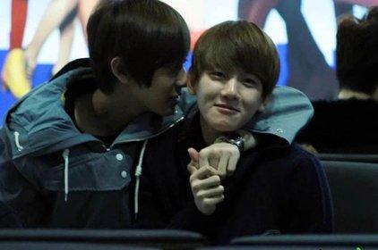 Ngượng chín mặt với các nụ hôn mà idol nam dành cho nhau