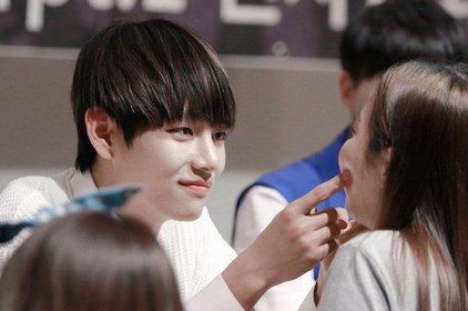 Ấm lòng với những màn tương tác dễ thương và xúc động nhất giữa idol Kpop và người hâm mộ trên mọi mặt trận