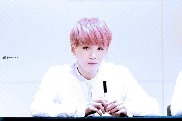 Suga tóc hồng