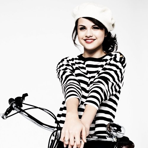 Selena Gomez xe đạp