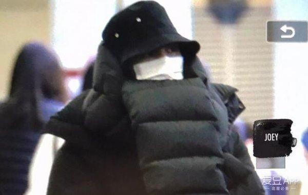 """Thời trang sân bay """"khó đỡ"""" của sao Hàn"""