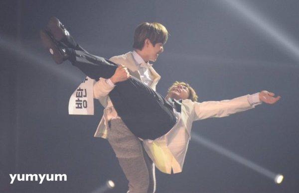 """Những khoảnh khắc """"tình chiến hữu"""" lên ngôi giữa loạt nam thần từ các boygroup Kpop"""