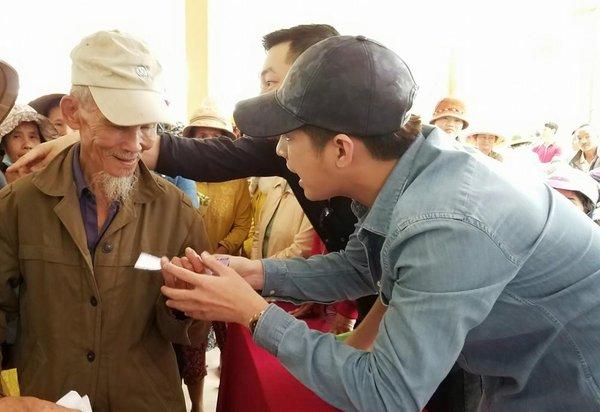 Noo Phước Thịnh về miền Trung làm từ thiện