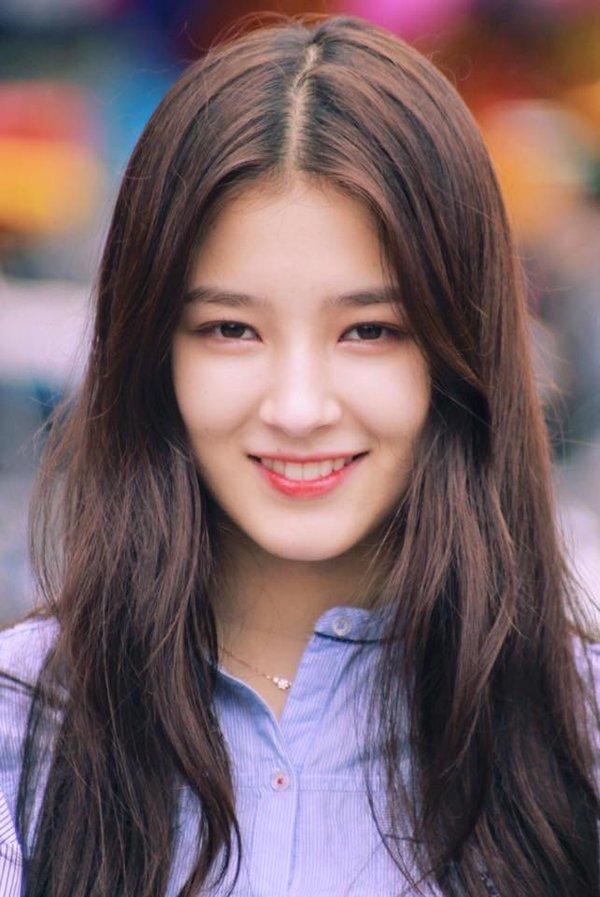 Nữ idol Hàn xinh đẹp thu hút mọi ánh nhìn khi đến thăm Hà Nội