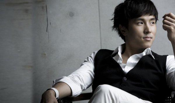 Sasaeng fan của Shinhwa mặt dày ở lì trong nhà tắm tới mức Dongwan phải xịt nước đuổi đi.