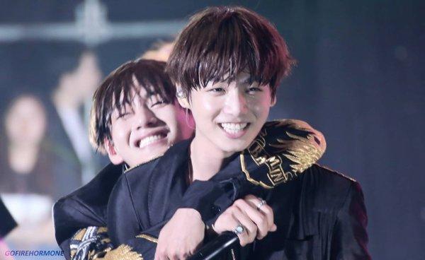 """Có ai cảm thấy ganh tỵ với Jungkook không đây! """"Bé con"""" quá hạnh phúc luôn khi luôn được các anh thương yêu vậy mà"""
