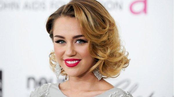 """Tuy nhiên, dù hối hận, khán giả vẫn cho rằng """"Wrecking Ball"""" chứng kiến sự thay da đổi thịt của Miley Cyrus."""