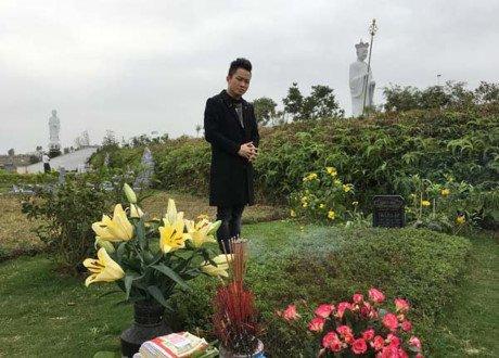 Tung Duong hat moc ca khuc 'Hoa ban trang' ben mo nhac si Tran Lap - Anh 1