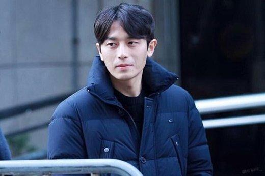 Yeon Seob (Quản lí Teen Top) chẳngphải làsự kết hợp hoàn hảo giữa Gong Yoo và Jang Hyuksao?