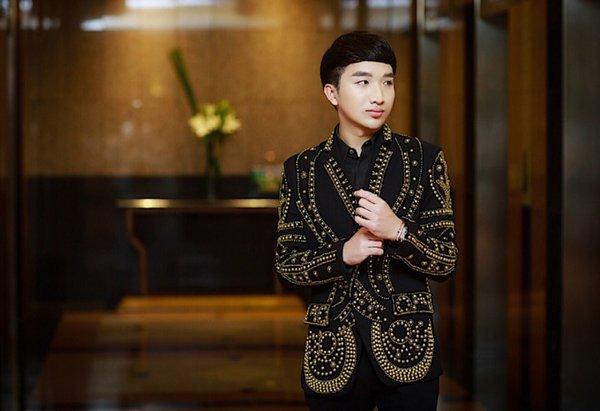 """Trong đêm nhạc, Hoàng Rob còn tái ngộ cùng người chị thân thiết - nữ danh ca Thu Phương. Cả hai kết hợp cùng nhau trong bản hit """"Đêm Nằm Mơ Phố"""", mang đến cho đêm nhạc một khoảnh khắc trầm lắng nồng nàn."""