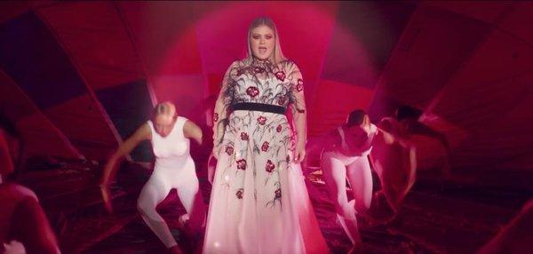 """Các nhà phê bình đã ca ngợi MV này như là một video giới thiệu thành công cho bài hát, với sự ảnh hưởng của phong cách những năm 90 và hiệu ứng hình ảnh """"ảo giác"""" của nó."""