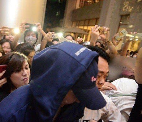 """Fan Việt bị báo Hàn gọi là """"đám xác sống"""" khi đeo bám thành viên nhóm EXO"""