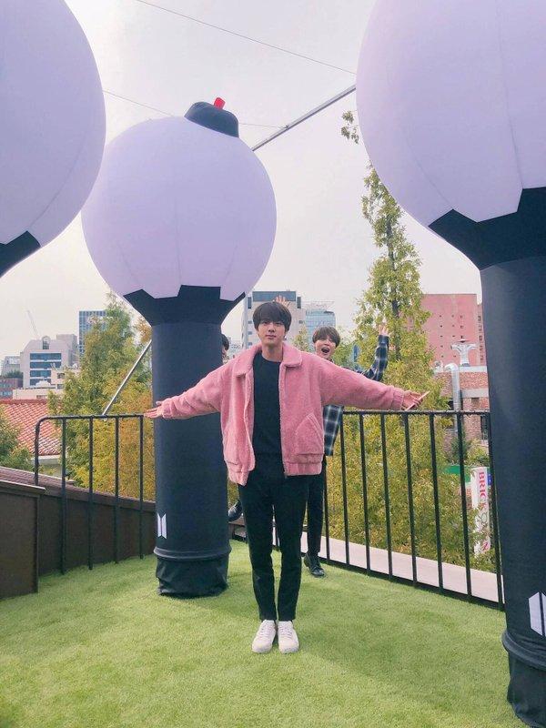 Jungkook và V (BTS) lọt top trend ở một loạt quốc gia nhờ khoảnh khắc nắm tay siêu dễ thương tại 'House of BTS' - ảnh 16